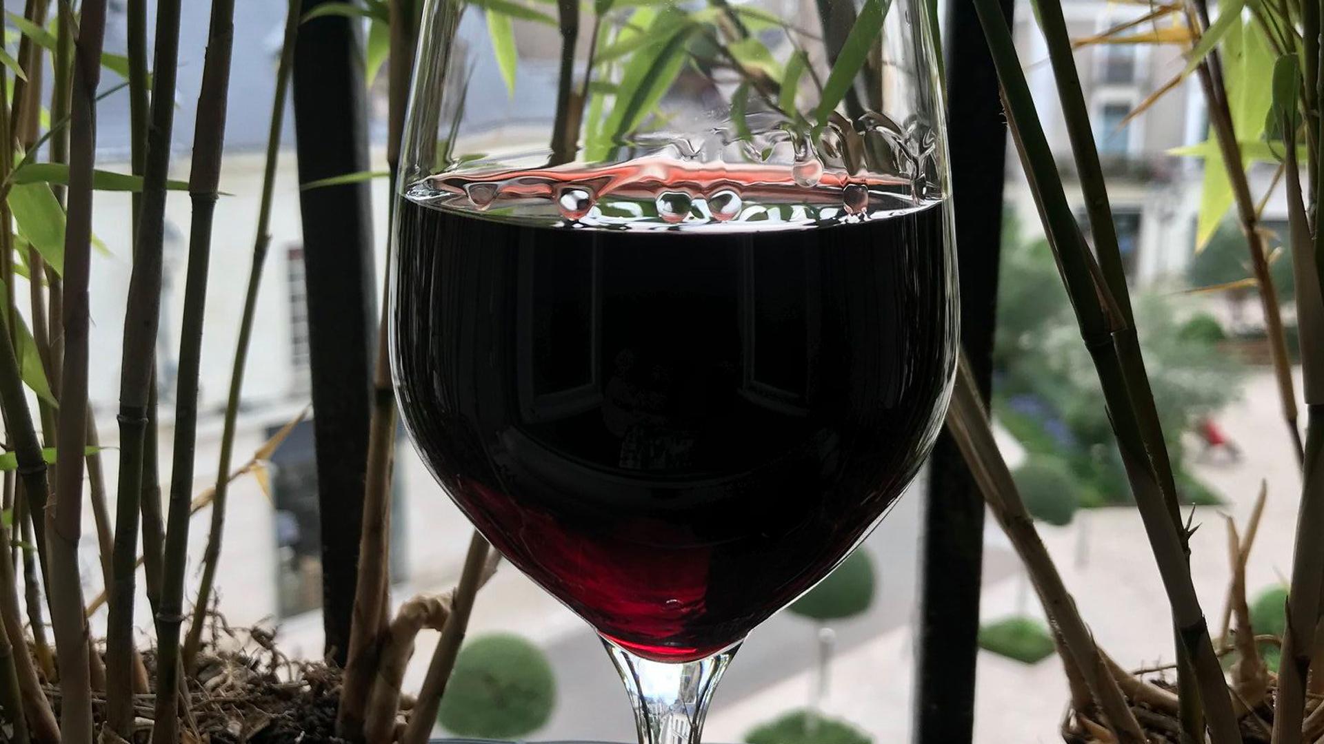 Un «verre» un peu rouge… Voire rempli d'un gros rouge qui tache…